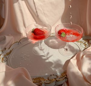 Rosé wine with Organic Rose Petals tea and red fruits